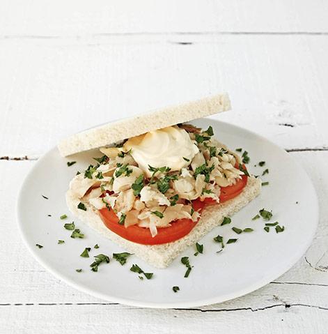 Sanduíche de bacalhau com maionese de coentros