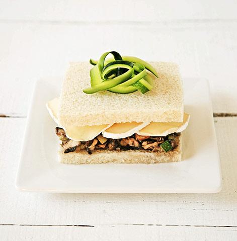 Sanduiche de curgete, cogumelos e queijo camembert