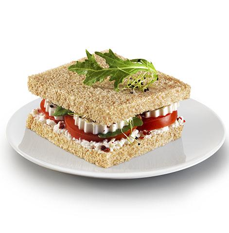 Sanduíche de Queijo Fresco, Tomate, Rúcula e Queijo Creme de Ervas.